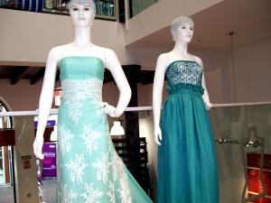 Estos vestidos lucen tejidos de celebración y aunque parezca que no, no tienen ninguna confección, solamente están cogidos con alfileres.